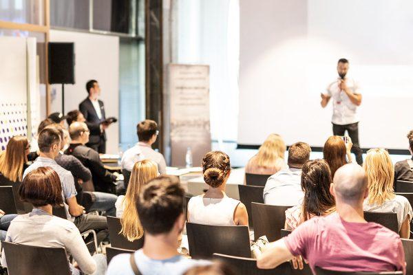 L'association Strasbourg Passions & Élégance & l'éna vous présentent une série de Visioconférences et de Podcasts sur le thème de l'écomobilité à travers des interventions sans parti pris. Notre objectif ? Vous donner toutes les clés de compréhension des vrais enjeux de l'écomobilité et ce en collaboration avec les étudiants de l'Éna.